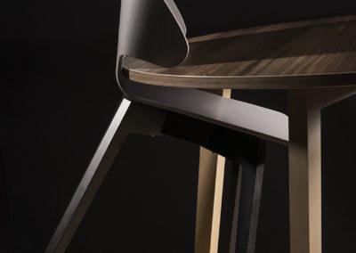 La chaise design ECCE facilite l'appui sur table